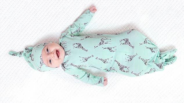coffret-cadeau nouveau-né combinaison + bonnet à nouer maille confort 0-3 mois